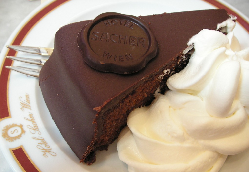 Tarta Sacher, Bizcocho De Chocolate, Mermelada De Albaricoque Y Nata