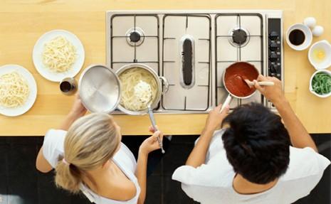 Pareja Que Se Conoce En Las Clases De Cocina